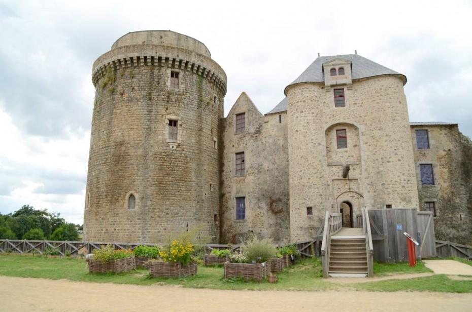 Châtelet d'entrée du château de Saint Mesmin