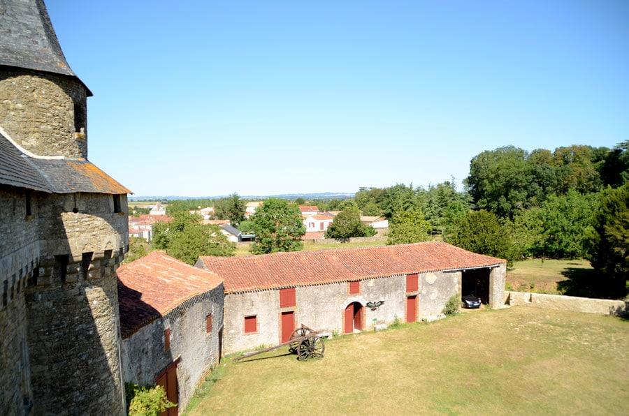 La cour du château de Sigournais