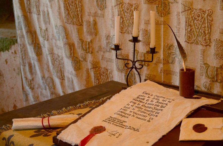 Ecritoire plume chambre La cour du château de Sigournais