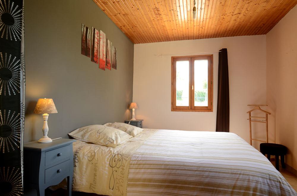 chambre-lit-king-size-vacances-gite