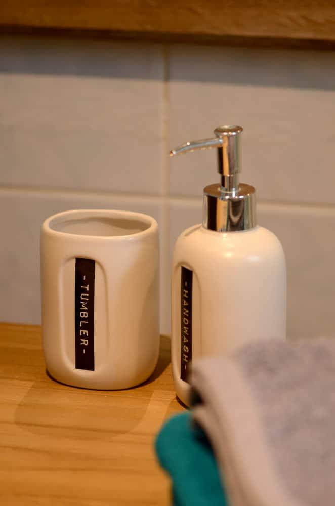 Lave-main et pot déco dans la salle d'eau