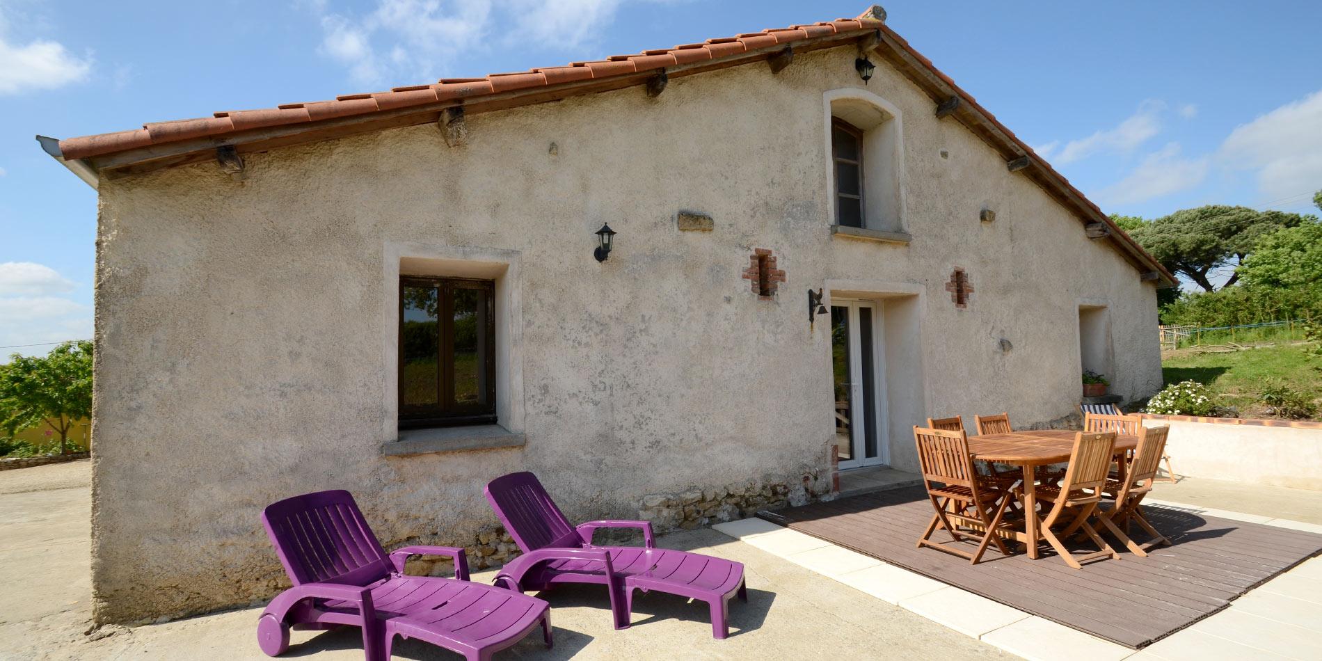 le salon de jardin et les bains de soleil sur la terrasse du gîte de la Bergerie