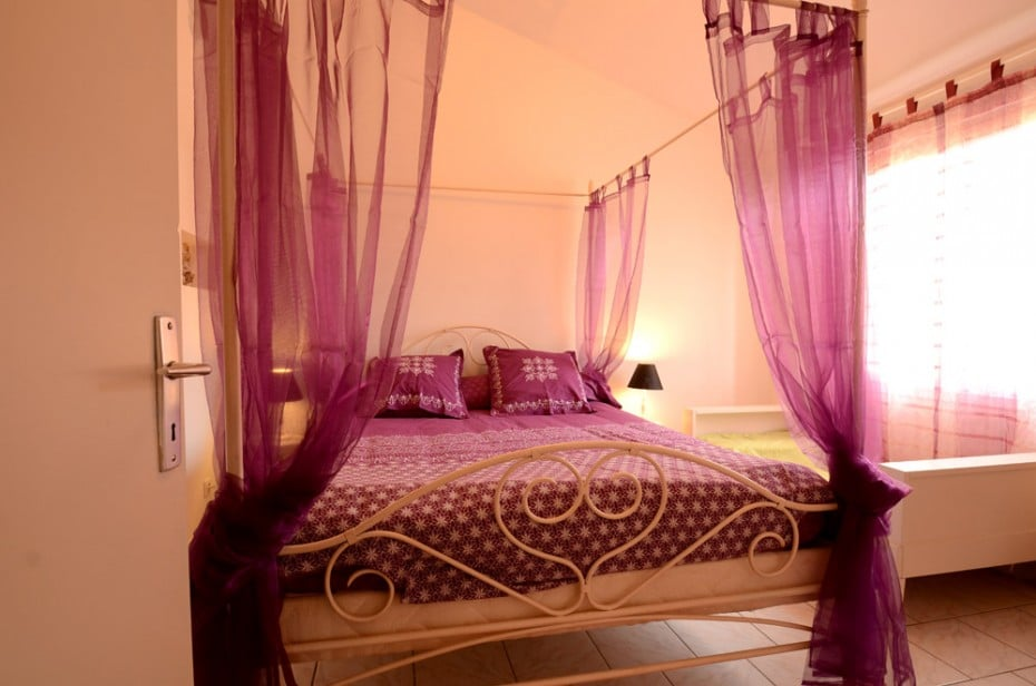 Chambre avec lit à baldaquin