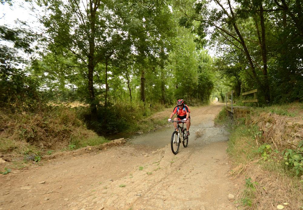 Passage flaque d'eau à vélo