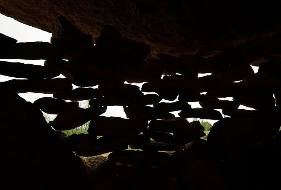 Intérieur du dolmen : pierres