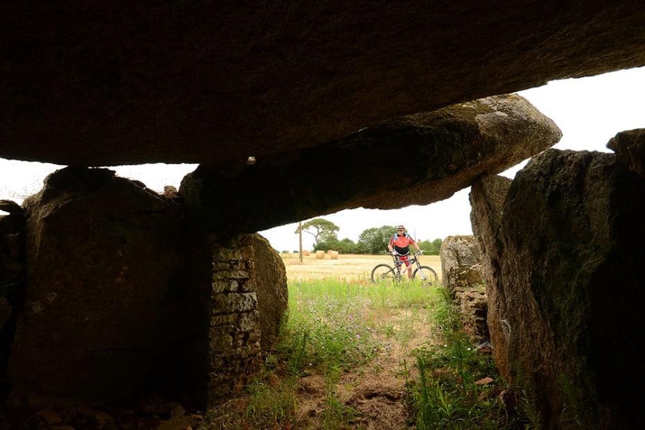 Intérieur du dolmen : pierres et orthostases