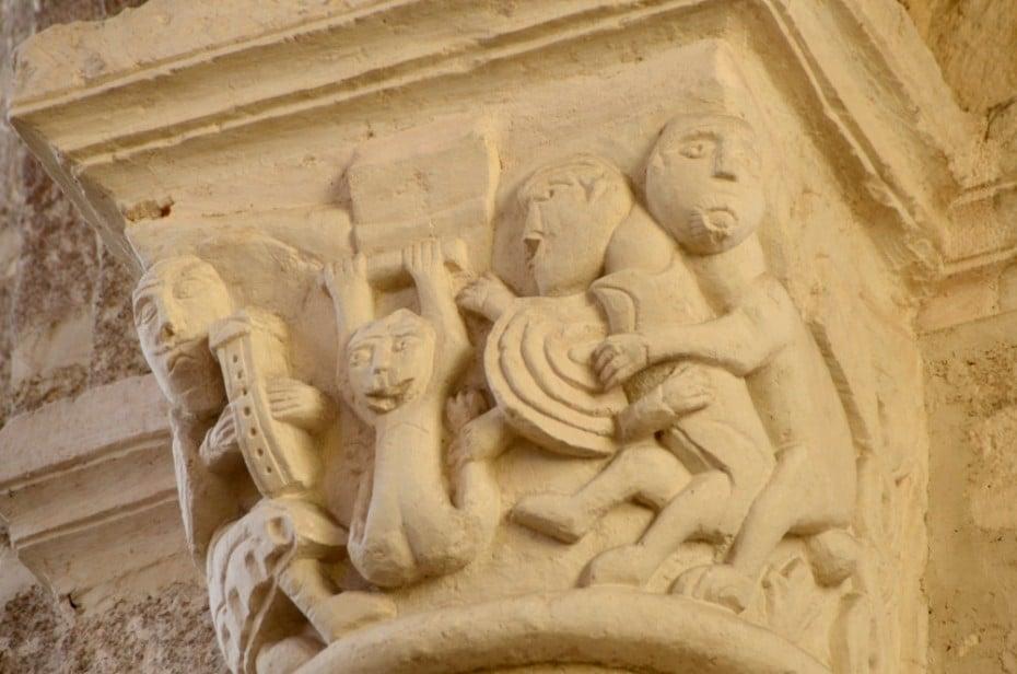scène grivoise sur un chapiteau historié