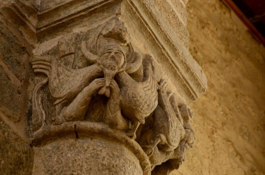 chapiteau roman sculpté