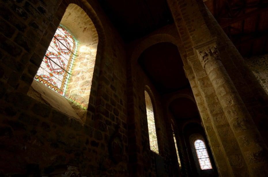 lumière des vitraux dans les bas-côtés