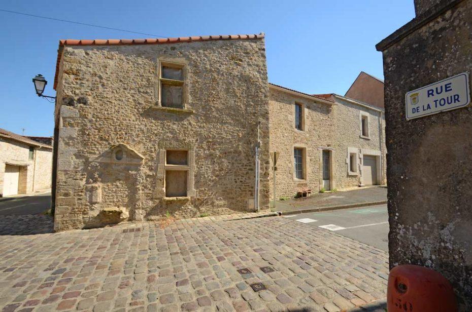 La rue de la tour et sa maison à la façade Renaissance