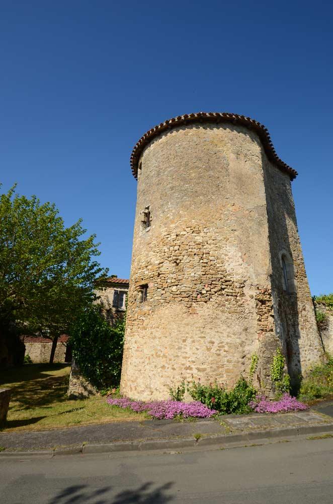 """La tour de l'anvcien château sur le """"podium belliardi"""""""