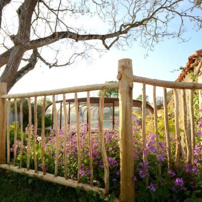 Une barrière en bois de châtaigner faite maison