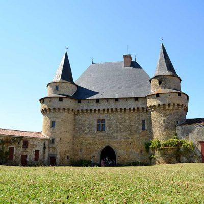 Le donjon porche du château de Sigournais, côté porche