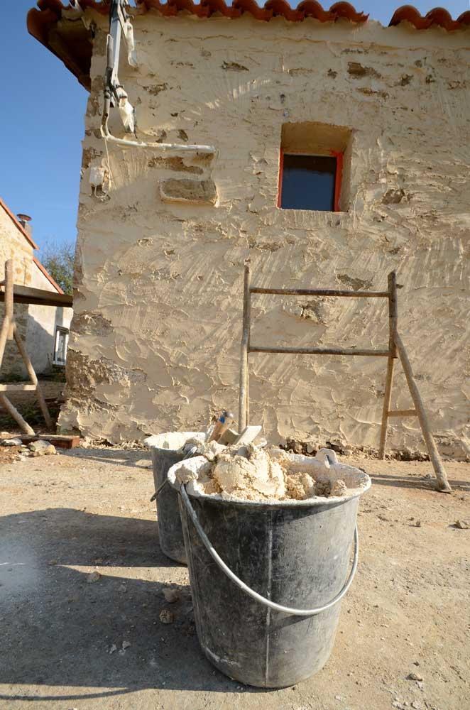 Enduit sur le mur en pierre calcaire