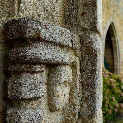 Sculpture sur une porte du château de Sigournais