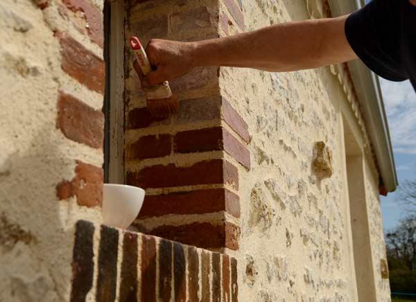 Entourage fenêtre en brique selon la mode clissonnaise
