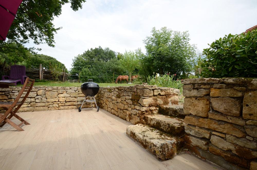 Terrasse muret et chevaux