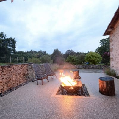 Bergerie gîte terrasse nuit feu de camp